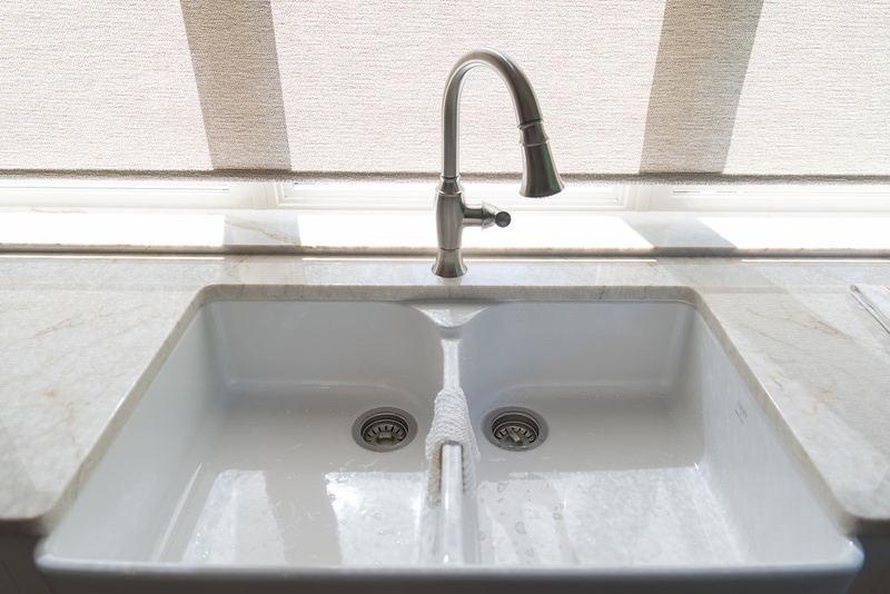 Farmhouse sink is crisp and showy.